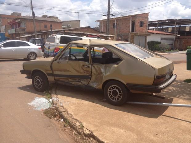 Carro invade preferencial e é atingido por caminhonete em Porto Velho