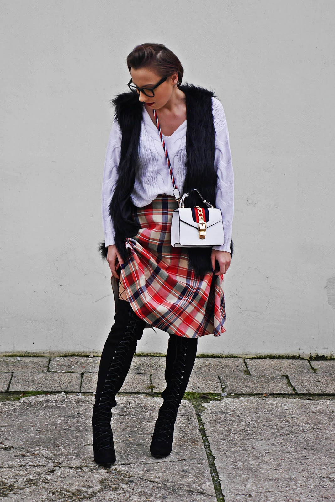 5_plaid_skirt_fur_waist_white_sweater_high_kenee_shoes_karyn_blog_modowy_151117a