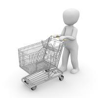 Boneco asexuado fazendo compras com carrinho.