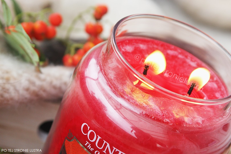 palące się knoty świecy zapachowej country candle