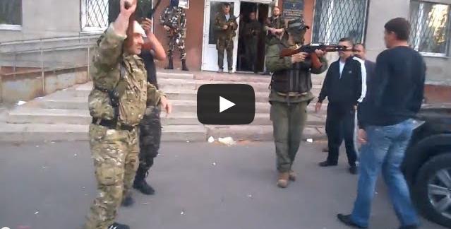 Συγκλονιστικό βίντεο από την Ουκρανία: Άνανδρος ναζί (απ αυτούς που αναγνώρισε ο Βενιζέλος) πυροβολεί εν ψυχρώ ήρωα πολίτη