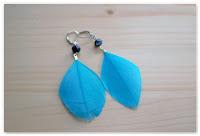 boucles d'oreilles plumes turquoise et perles noires