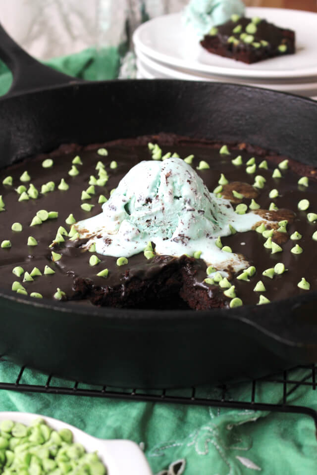 These dense and fudgy Mint Chocolate Chip Skillet Brownies are egg free, naturally sweetened, and made with gluten free chestnut flour! #ad @nutsdotcom