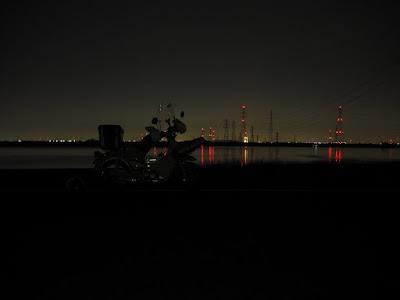 夜の木曽川とリトルカブ