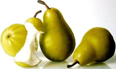Foto de peras enteras y una pera mordida