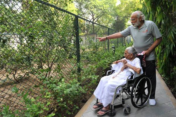 प्रधानमंत्री आवास आईं नरेंद्र मोदी की मां