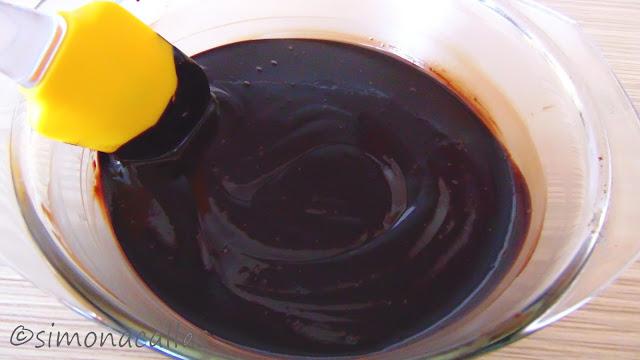 Tort de ciocolata cu bile din cocos d