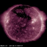 Dziura koronalna na północnych szerokościach heliograficznych - źródło strumienia wiatru słonecznego podwyższonej prędkości, który od 10 września uwalniany był systematycznie ku Ziemi. długość fali 211 angstremów. Credits: SDO