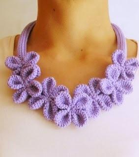 http://chabepatterns.com/free-patterns-patrones-gratis/jewelry-joyeria/crochet-flower-necklace-3-collar-de-flores-a-ganchillo-3/