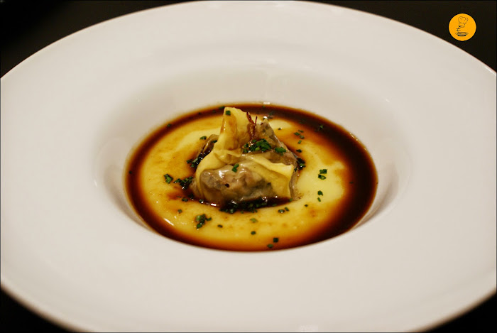 Villa de Foz: Wonton de rabo de toro, patata trufada y jugo de carne