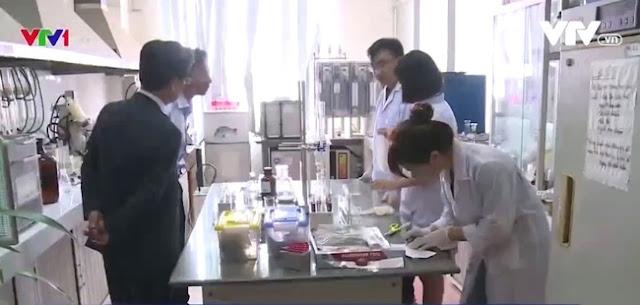 Giáo sư Yoshihiko Yamada (Nhật Bản) đang cùng các nhà khoa học Việt Nam tìm nguyên nhân gây ra hiện tượng cá chết hàng loạt