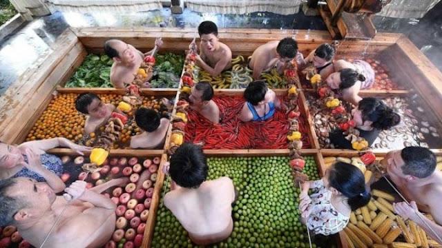 Στην Κίνα το τερμάτισαν: Τσιμπούσι μέσα σε θερμά λουτρά