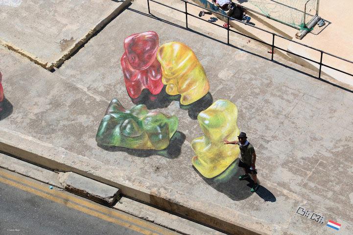 Enormes ositos de goma en 3D sobre acera de Malta por Leon Keer