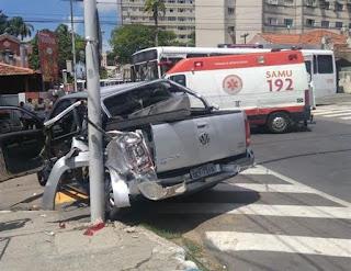Ônibus e caminhonete colidem em cruzamento de avenidas na Capital