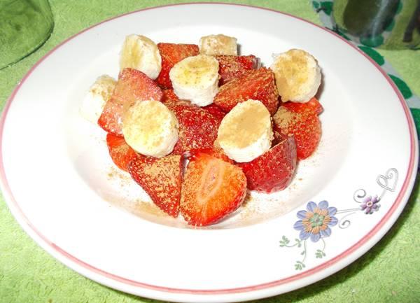 Ideia de lanche rápido e saudável com morango e banana