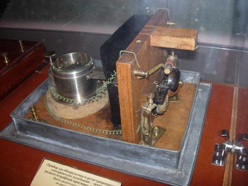 Прибор для обнаружения и регистрирования электрических колебаний Попова