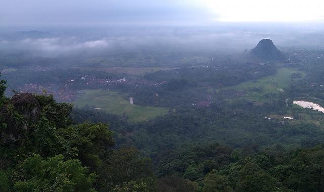 (Panji Rasulullah) Ar Rayah Raksasa 212 Berkibar di Puncak Gunung Munara Bogor