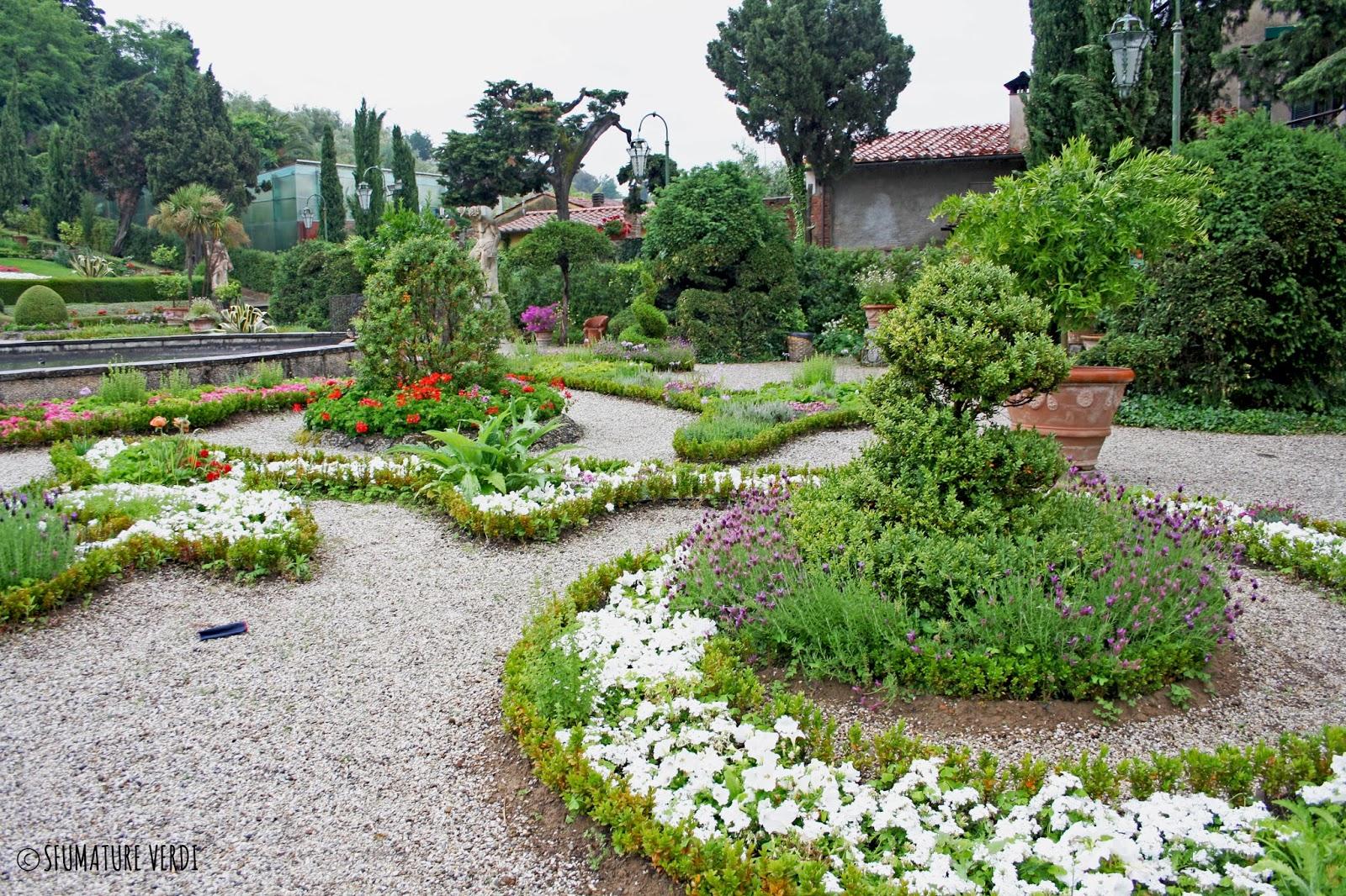 Villa garzoni sfumature verdi for Siepi fiorite perenni