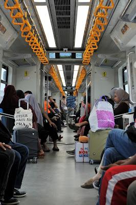 suasana di dalam LRT