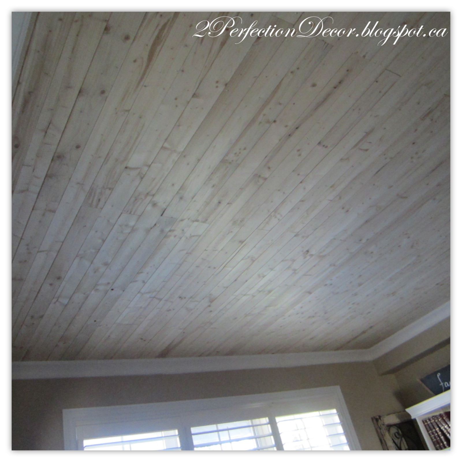 2Perfection Decor: Living Room Plank wood ceiling