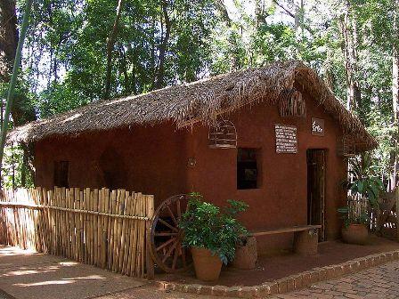 Casa do Caboclo, exemplo de moradia rústica, feita de pau a pique. Bosque dos Jequitibás, Campinas, SP.