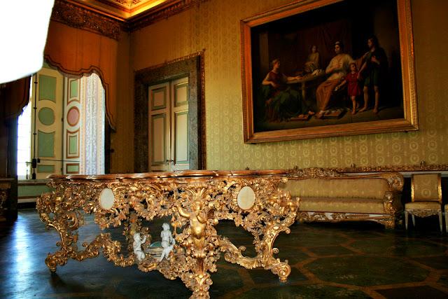 camera, tavolo, tavolo decorato, poltrone antiche, divano antico dorato