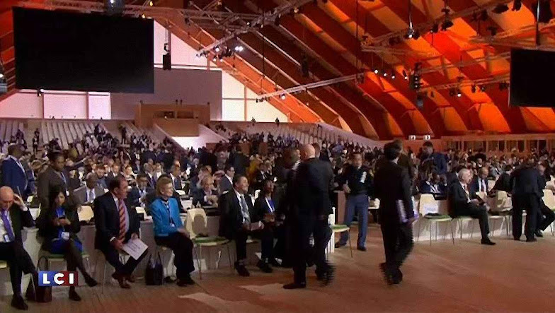 O chanceler francês Laurent Fabius pede acelerar as discussões para um auditório em grande parte vazio.