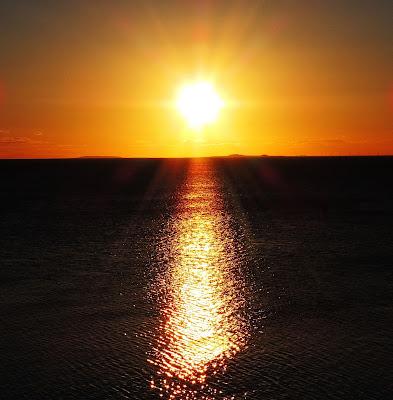 É a luz do sol que encandeia Sereia de além mar Clara como o clarão do dia Mareja o meu olhar Olho d'água, beira de rio Vento, vela a bailar Barcarola de São Francisco Me leve para o mar