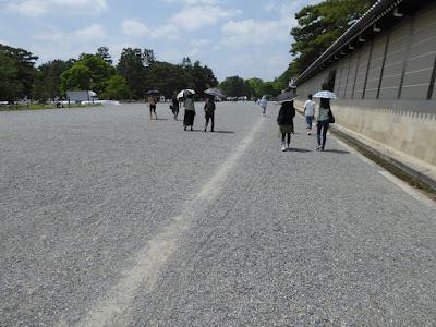 京都御苑 自転車が走ったあと 道