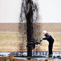 Petrol kuyusundan fışkıran ham petrol