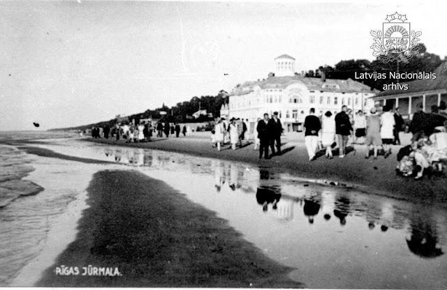 1930 год. Рижское взморье. Майори. Прогулка по пляжу. На втором плане купальня Эмилии Рацен / Emilijas Rācen Peldu.