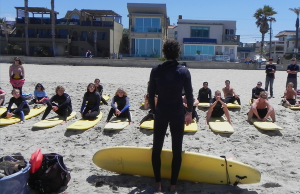 Students learning to surf in ENS surfing