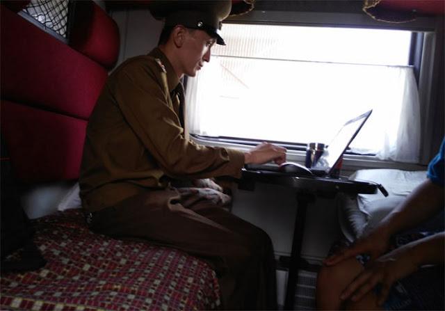Máy tính xách tay và máy ảnh của Chu cũng bị kiểm tra. Chu nói rằng người nhân viên hải quan này sử dụng thiết bị rất thành thạo, ngoại trừ việc anh ta hơi lúng túng với chiếc máy tính Macbook.