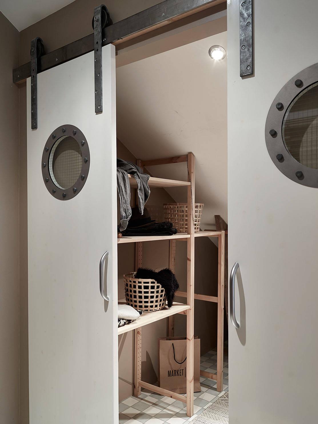 drzwi przesuwne do garderoby, drzwi z okrągłą szybą, system do drzwi przesuwnych, drzwi przesuwne w stylu skandynawskim