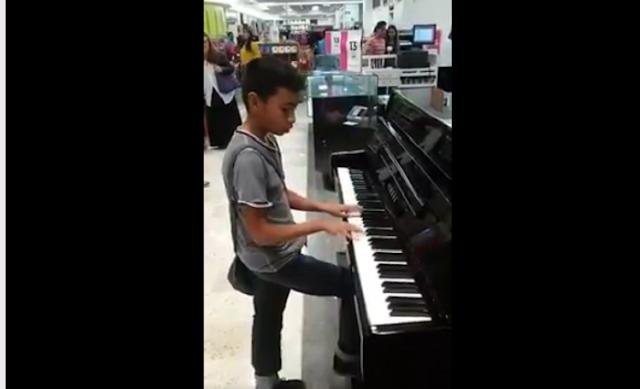 La tienda Liverpool regala el piano a niño con talento para tocar