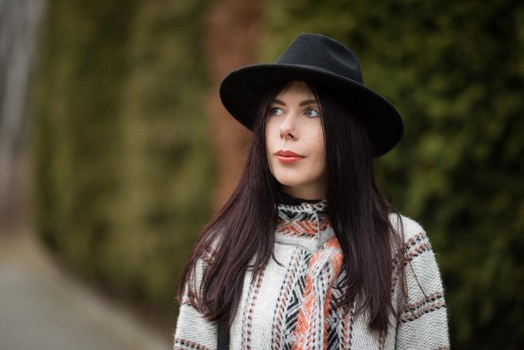 wełniany płaszcz w etniczne wzory kapelusz fedora blogerka stylizacja boho