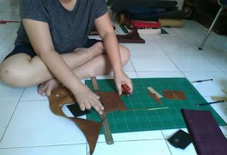 belajar membuat dompet kulit