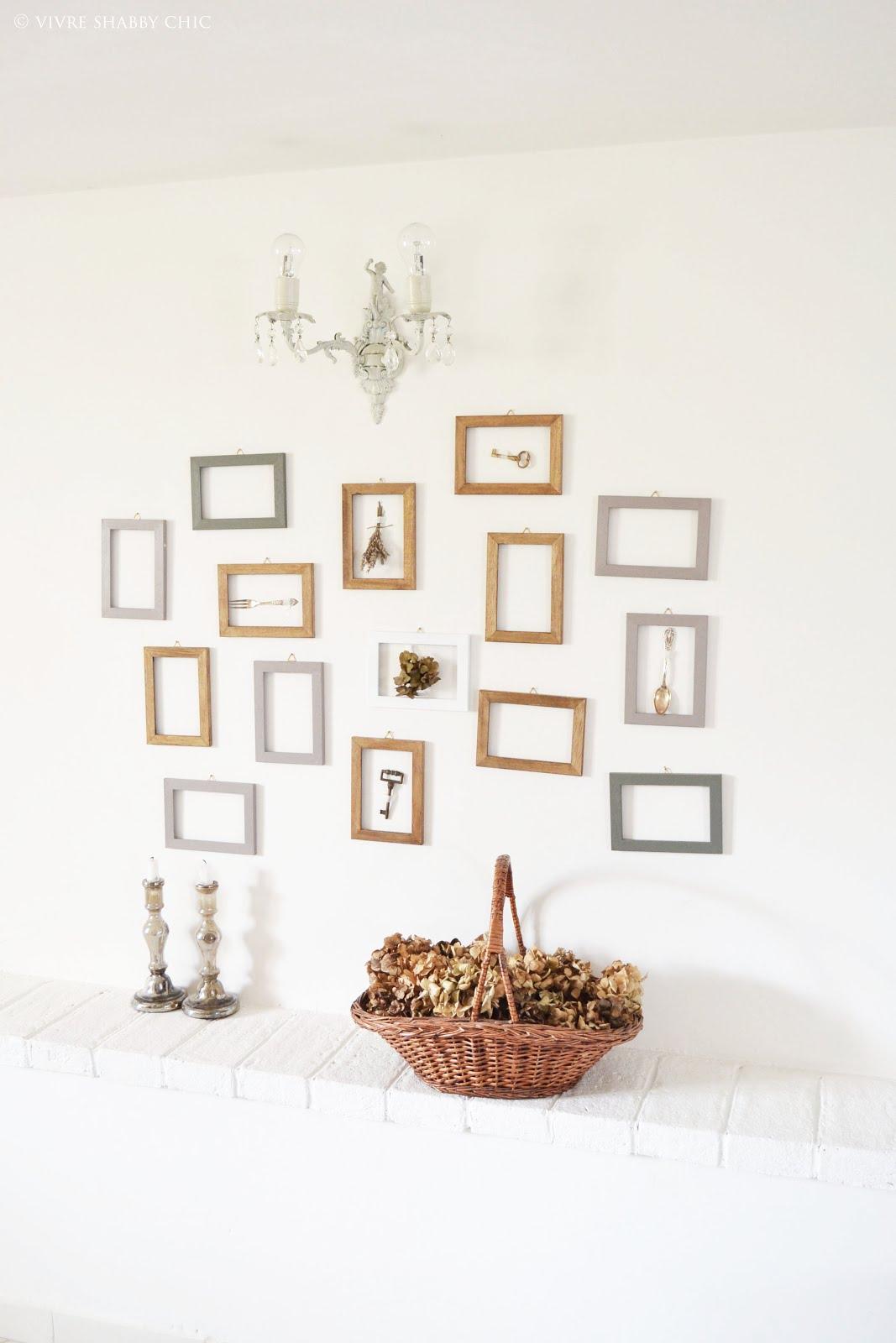Vivre shabby chic decorare una parete con le cornici for Decorare stanza shabby chic