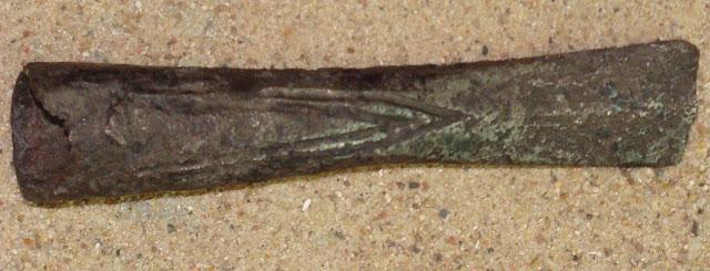 Fragment wczesnośredniowiecznego inkrustowanego grotu włóczni piastowskiego wojownika z cmentarzyska w Luboniu koło Poznania