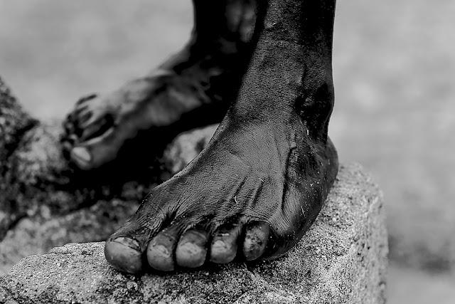 Tirando os calçados no terreiro - Charles Corrêa D' Oxum