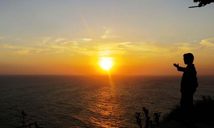 Mengantar Kepergian Matahari di Laut Bekah
