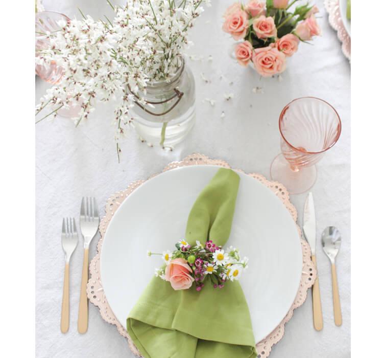 Decorare la tavola di Pasqua utilizzando dei fiori come segnaposto