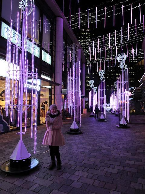 Tatiana delante de las decoraciones navideñas de Akasaka Sacas