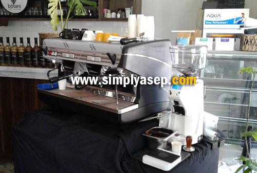 MESIN KOPI   : inilah mesin pembuat kopi yang digunakan Hidenori Izaki dalam sesi pelatihan yang diberikannya waktu itu. Harga mesin kopi seperti dalam foto ini bisa mencapai puluhan juta rupiah . Foto Asep Haryono