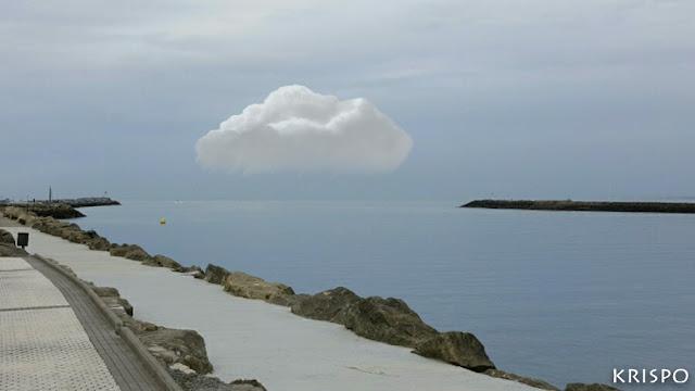 una nube destacada sobre hondarribia