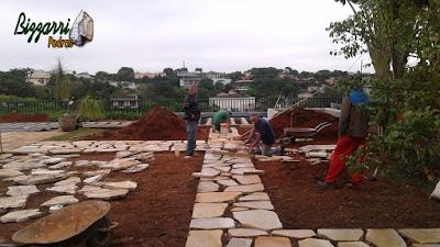 Bizzarri trabalhando, fazendo a execução de um caminho de pedra com pedra cacão de São Tomé com junta de grama. 26 de janeiro de 2017.