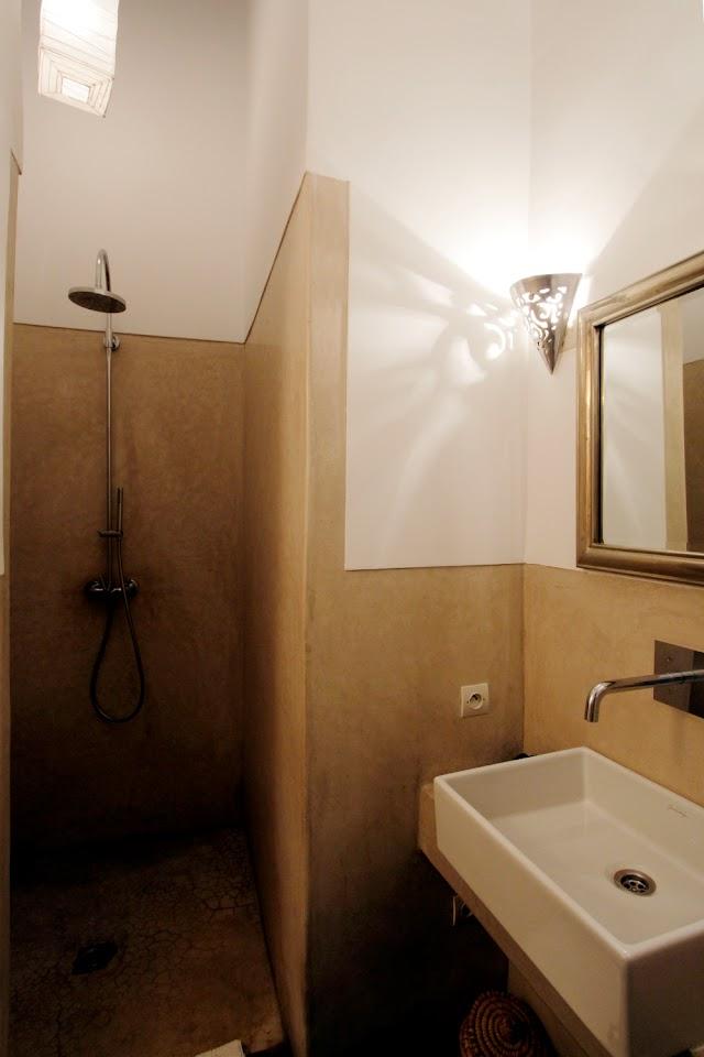 Vista general del baño de un habitación del riad Dar Nakous en Marrakech