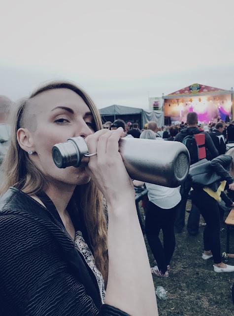 Hippi juo suoraan pullosta