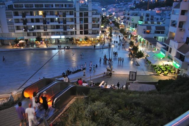 Caminhada pelo centro à noite em Albufeira