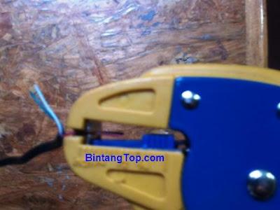 gunakan pengupas kabel atau cutter